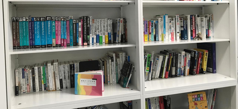 ライブラリスペースの本棚